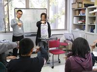 バリアフリー推進室で手話講座をやっているときの様子の写真です。2名講師がおり、4名の学生が受講しています。