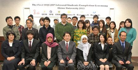 出席者の集合写真(前列左から2人目が坂本さん、前列右から2人目が吉見さん)