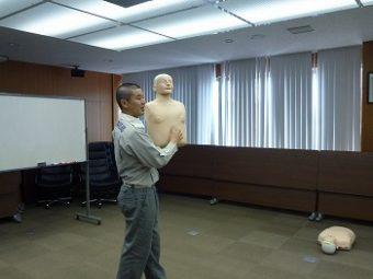 胸骨圧迫をする際の位置を説明する近藤氏