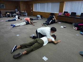 倒れた人を回復体位にする練習