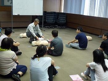 AEDの利用方法について学ぶ受講者
