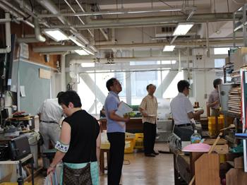 附属中学校の技術室を巡視する参加者
