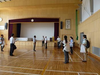 附属特別支援学校の体育館を巡視する参加者
