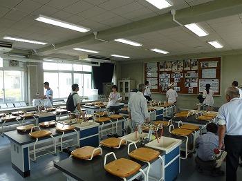 附属小学校の理科室を巡視する参加者