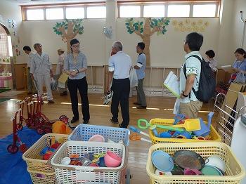 附属幼稚園を巡視する参加者