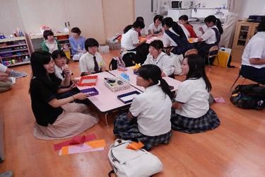 幼年教育の学生と子どもの遊びを体験してみようの様子