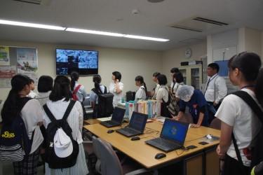 手術室の映像を見ながら説明を聞く参加者の様子(看護学科)