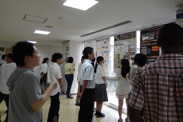 3・4回生のポスター発表を見学する高校生