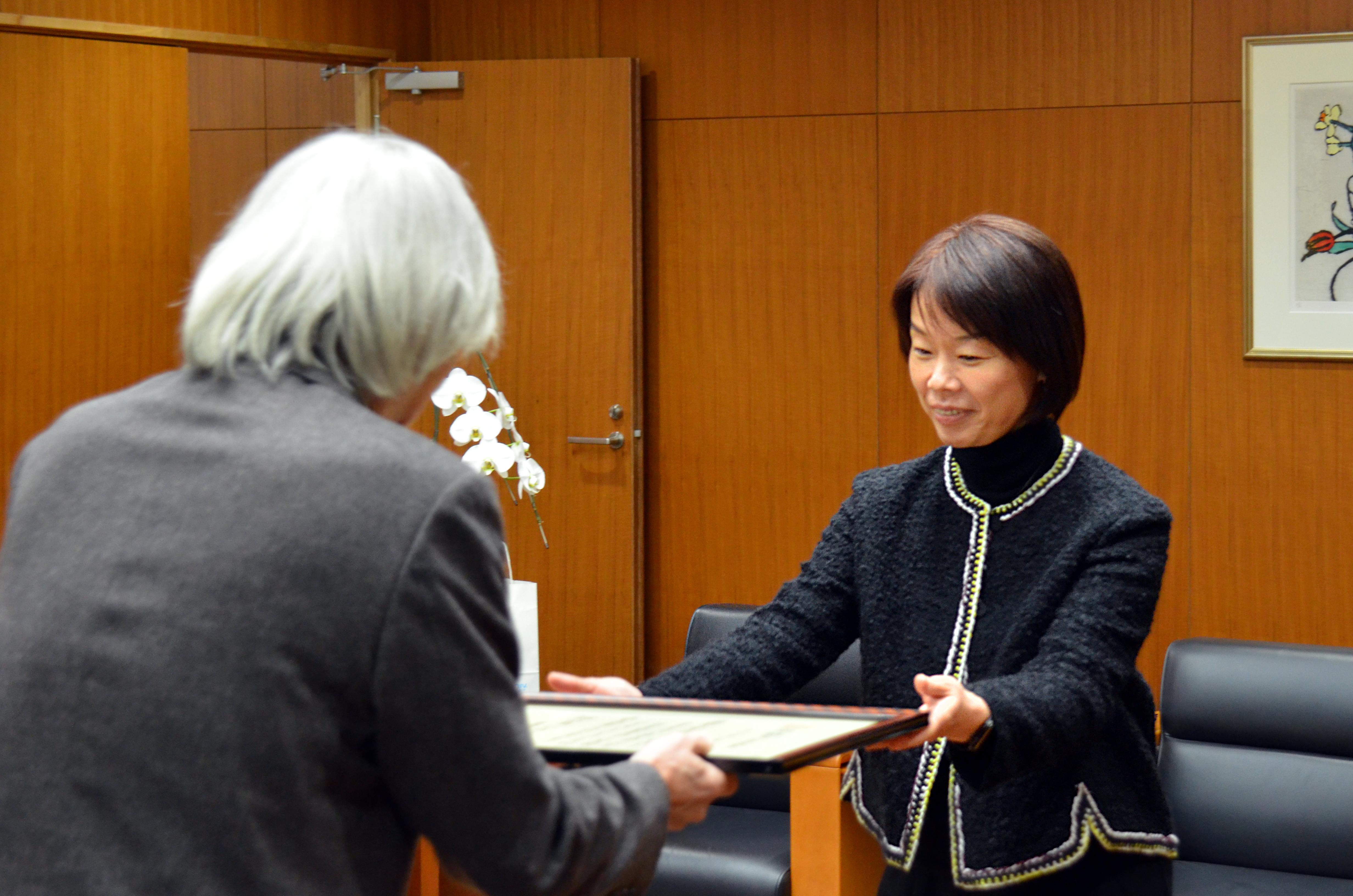 大橋学長から感謝状を受ける石川理事長