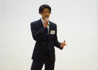 講演される宮内氏の写真です