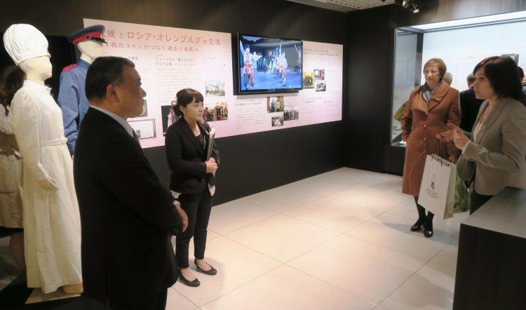 愛媛大学ミュージアムを視察するオレンブルグ州からの訪問団の写真です