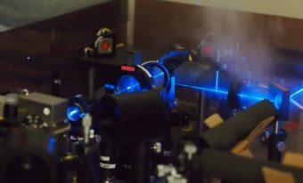 本研究で用いたCO2レーザー両面加熱システムの写真です