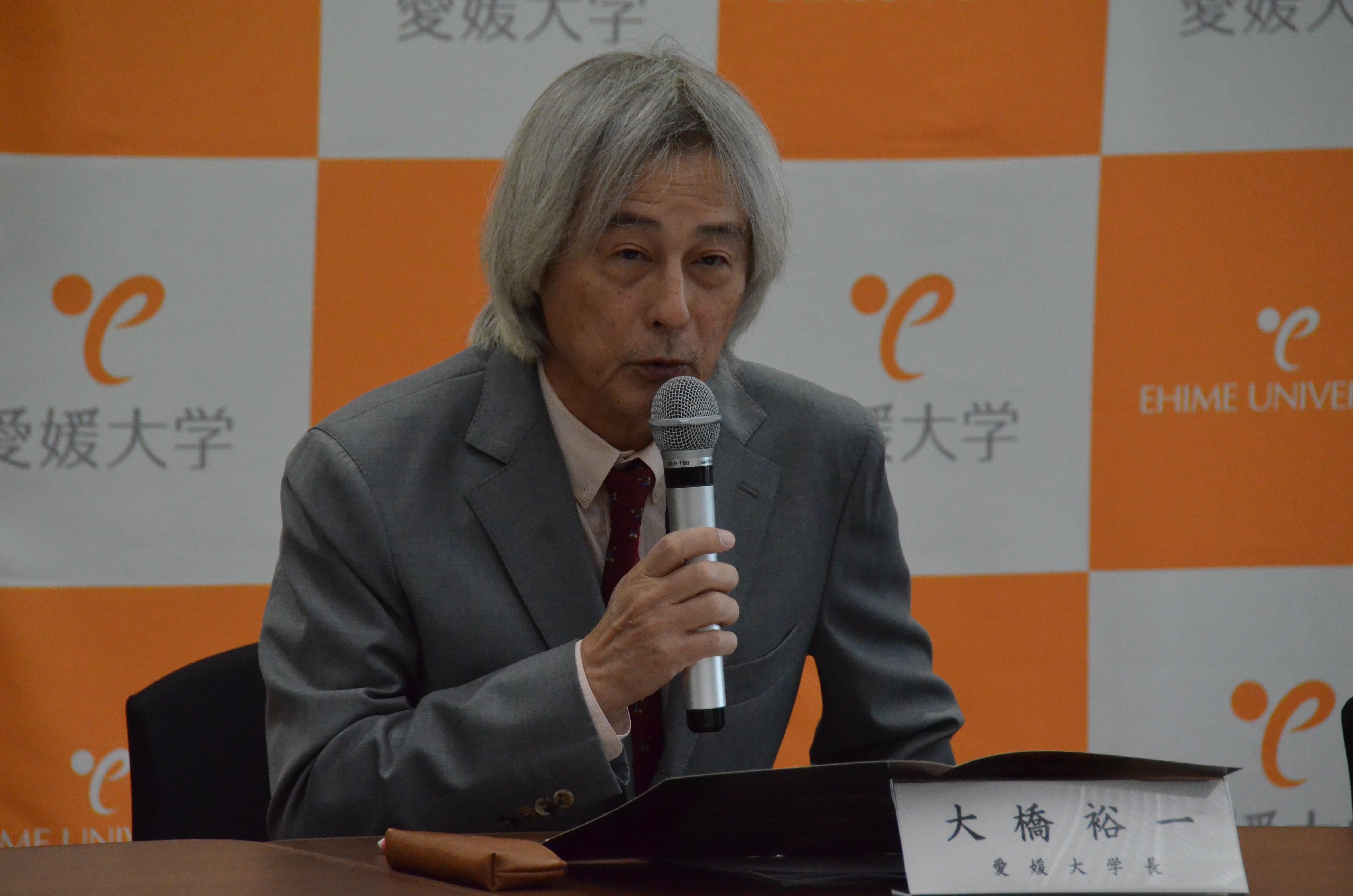 記者説明会で御支援をお願いする大橋裕一学長の写真です
