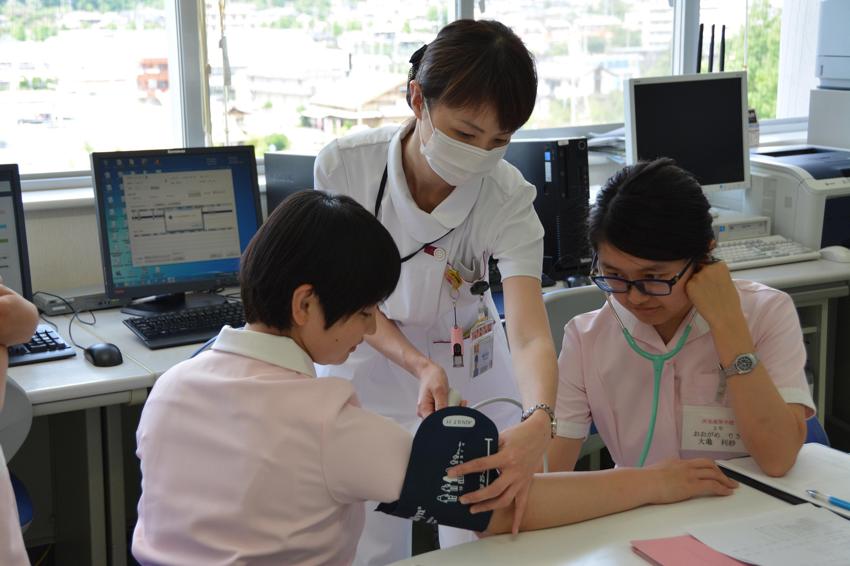 血圧を測定する生徒さんの写真です
