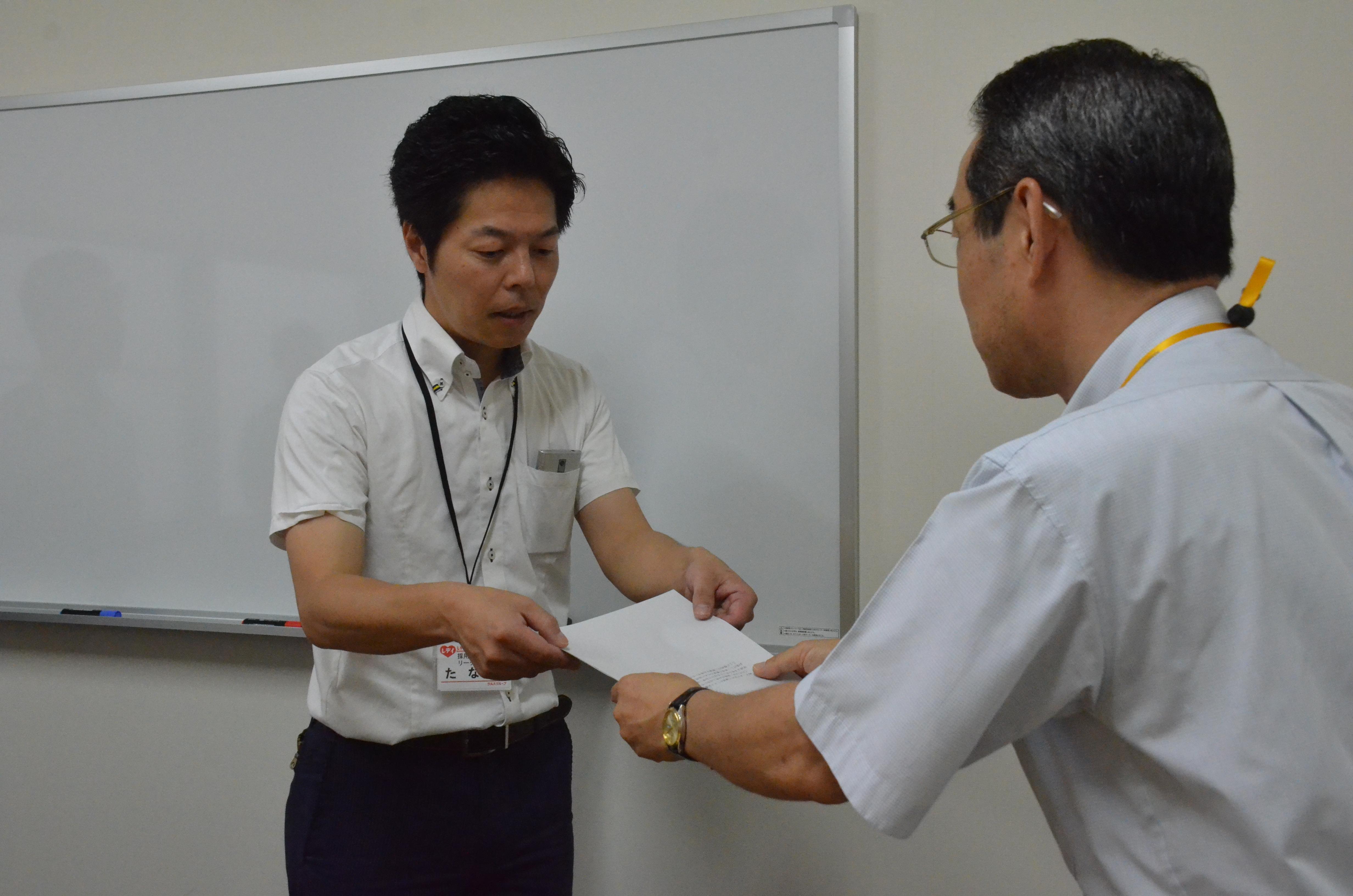 佃雅之教育学生支援部長からのお礼状交付の写真です