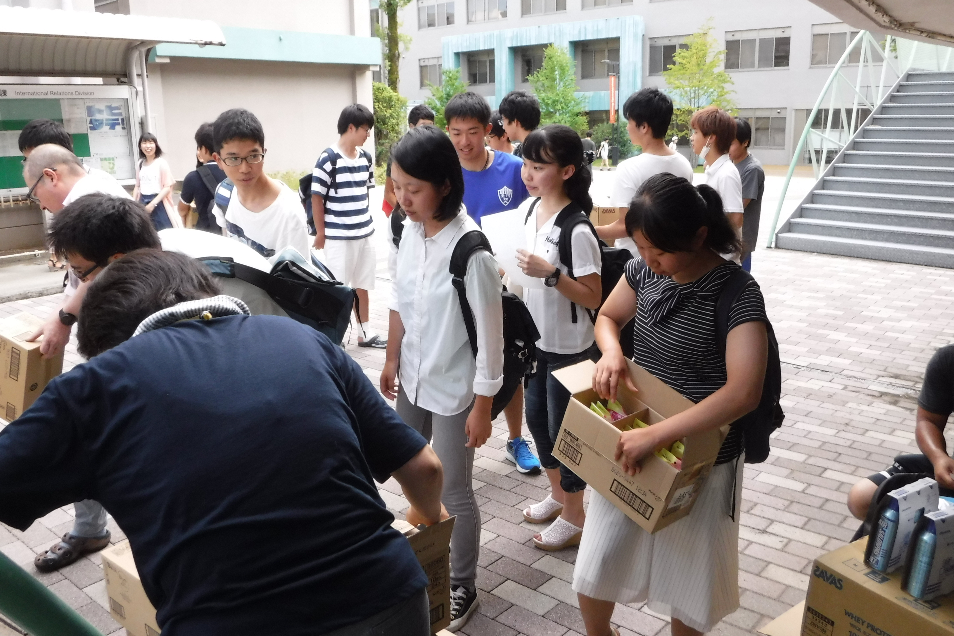 寄附物品を受取に来た学生達の様子の写真です