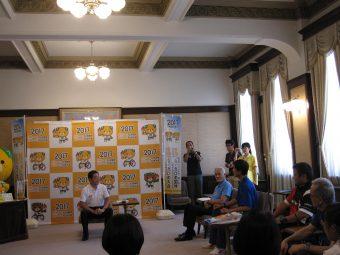 中村県知事と談話をする武智さんの写真です
