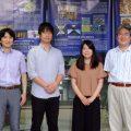 左から 大藤教授、門林さん、土田さん、亀山教授の写真です