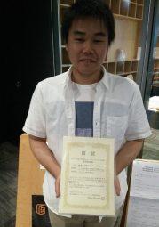 受賞した山内さんの写真です
