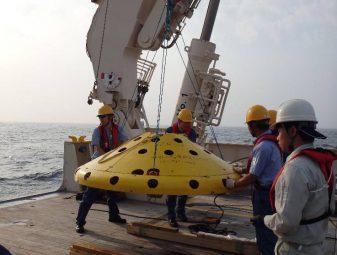 海の流れを測定するための装置の投入風景の写真です