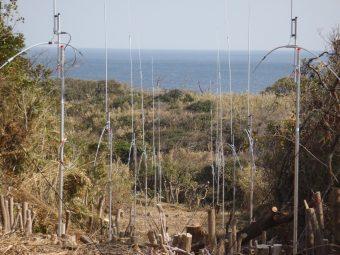 電波により海流を測定する海洋レーダサイト(長崎県対馬)の写真です