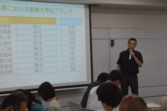 データを説明する中井教授の写真です