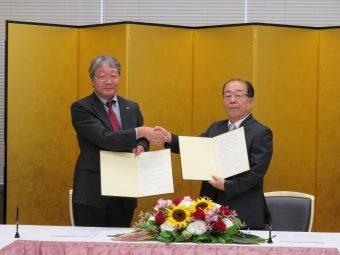 左から佐野教育学研究科長、髙岡理事長の写真です