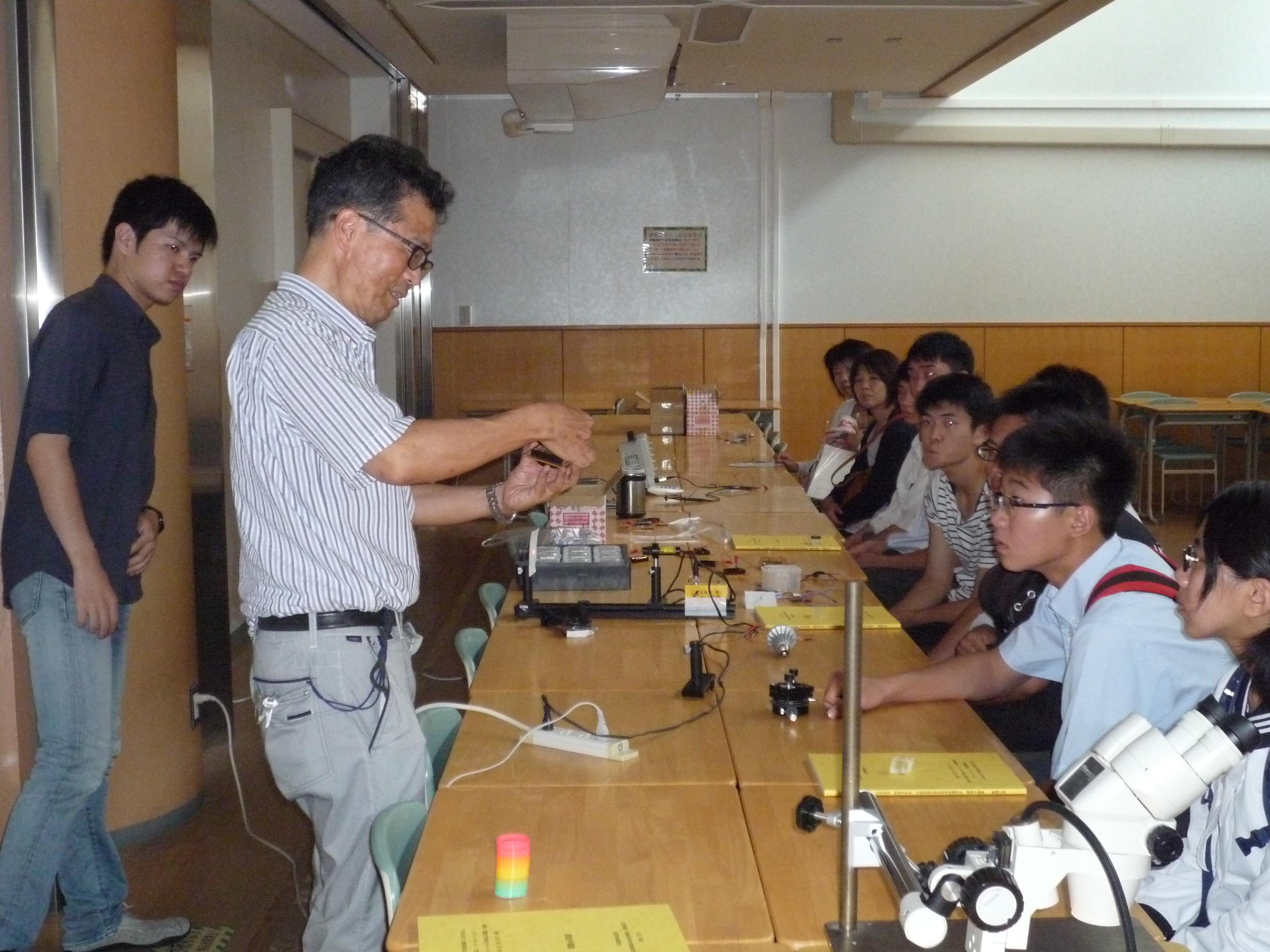 電気電子工学科の学科体験「半導体発光素子」の実験の様子です。