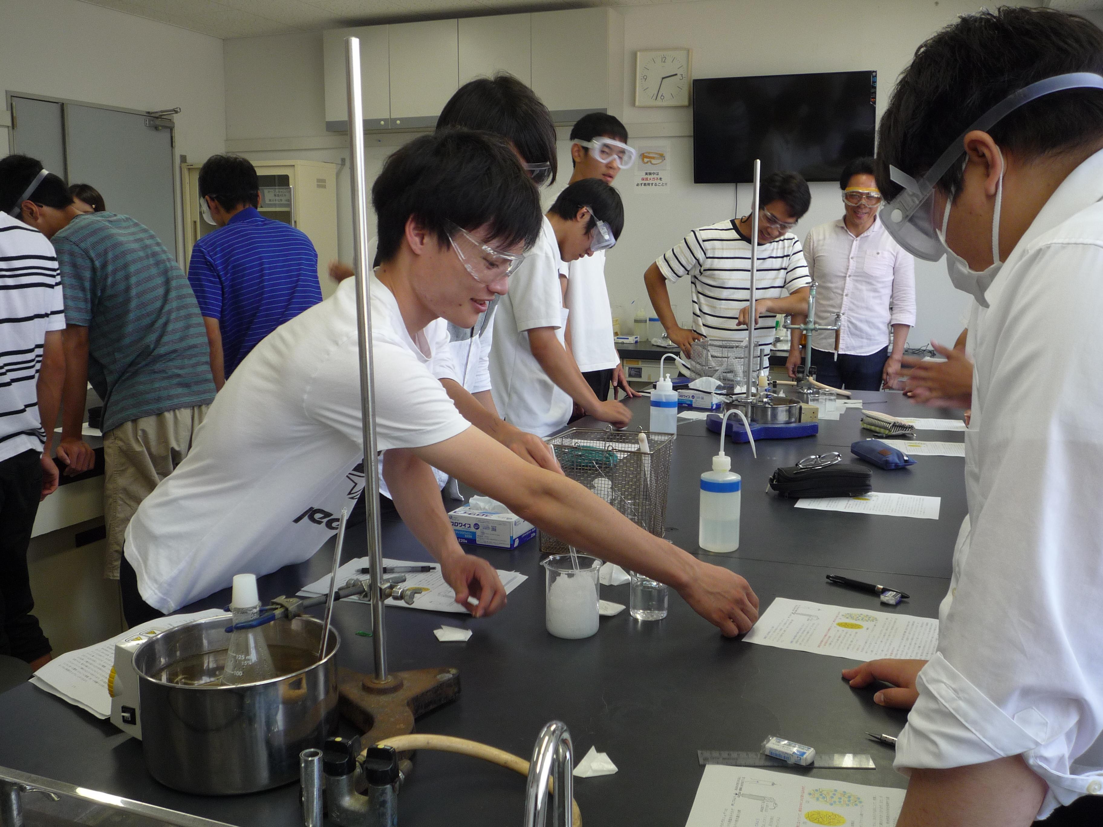 応用化学科の学科体験「水を吸収する不思議な高分子」の実験の様子です。