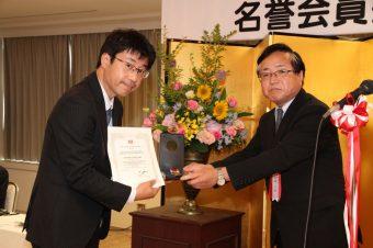 日本セラミック協会平尾一之会長(右)、板垣特任教授(左)